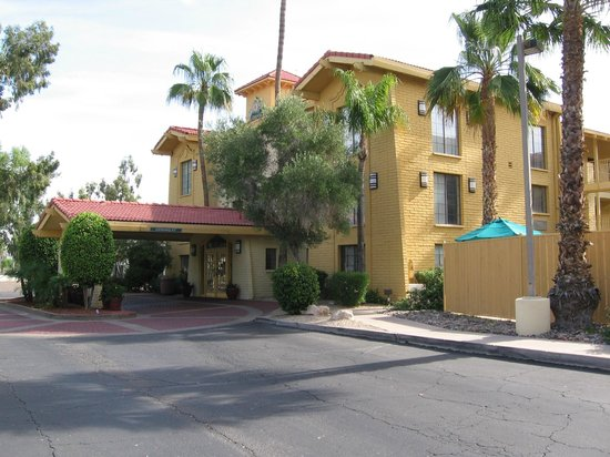 La Quinta Inn Phoenix Sky Harbor Airport : Front of motel