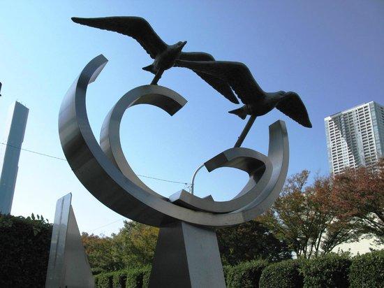 Hotel Mariners' Court Tokyo: Скульптура перед отелем