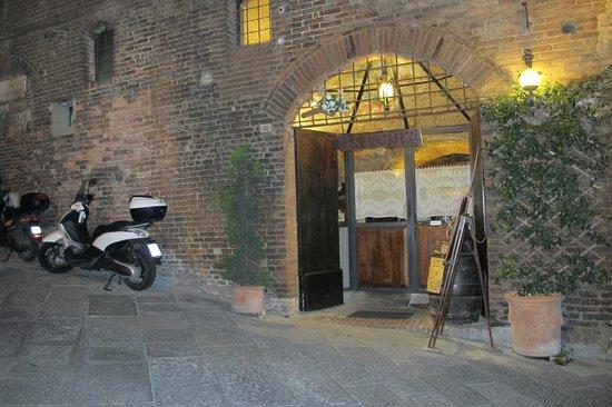 La Taverna di San Giuseppe: A entrada, meio escondida, nas ruas estreitas de Siena.