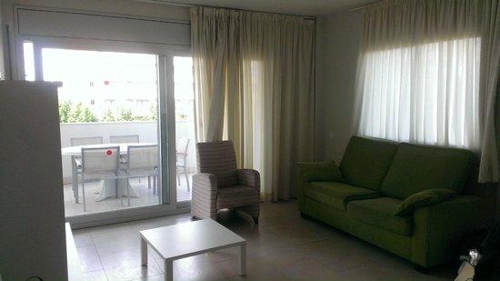 Ibersol Spa Aqquaria: Salón con sofa y butaca (asquerosillas)