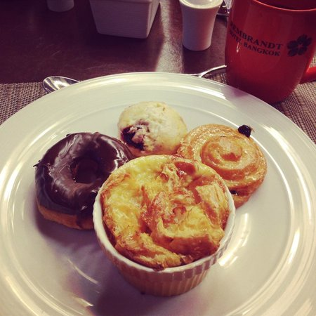Rembrandt Hotel Bangkok: Yummy cakes at breakfast