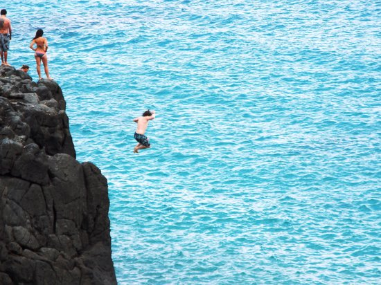 Oahu Spot Tours: Cliff jumpers jumping into shallow water