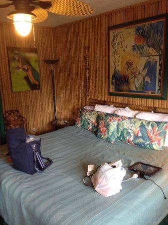 Atlantis Inn: Bed and back wall