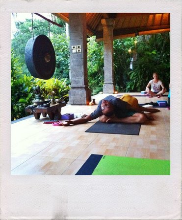 ONEWORLD retreats Kumara: The yoga room - Iyan and Wayan demonstrating one of the poses