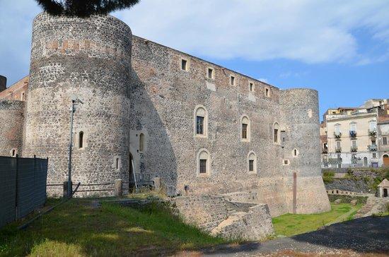 Museo Civico Castello Ursino : Imposing walls