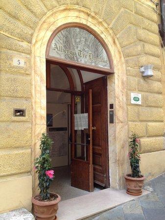 Hotel Tre Donzelle: Entrance Albergo Tre Donzelle