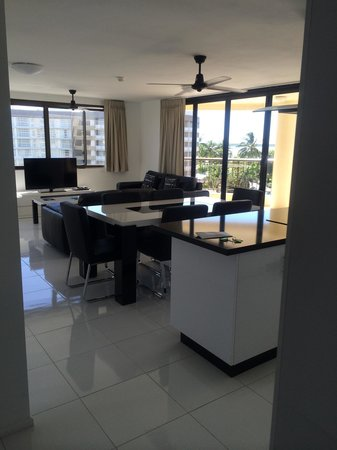 Cairns Aquarius: Our very spacious living room with open kitchen and island table! ��