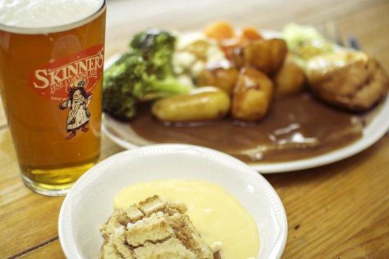 The Bowgie Inn: Scrumptious roast and pint.