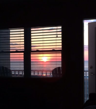 Atlantic View Hotel : Sunrise View From the Bed