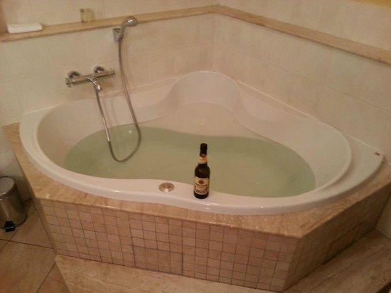 Hotel Nautilus: Bathroom tub.