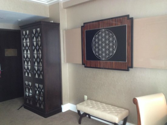 Walker Hotel Greenwich Village: TV is behind the 2 decorative sliding doors.