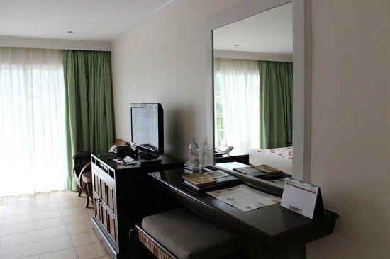 Centara Karon Resort Phuket: Premium Deluxe at Tropicale -Premium Lounge, хороший номер, но пора там делать ремонт мебель ста