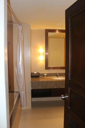 Centara Karon Resort Phuket: Ванная комната в номере 2 Bedroom Premium Suite at Tropicale