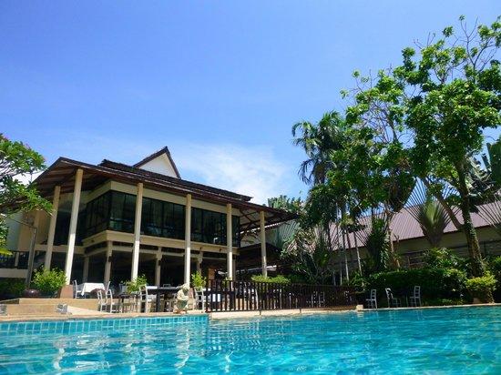 Krabi La Playa Resort: Hotel restaurant from Pool