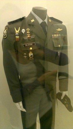 Alcazar - Museo del Ejercito: Uniforme de paracaidista del Ejército de Tierra español.