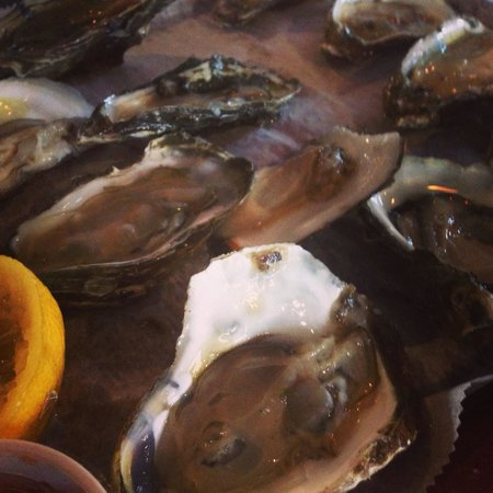 Don's Seafood Restaurant: Fresh oysters on the half shell