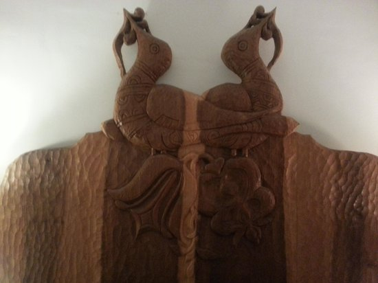 Historic Smithton Inn : Beautiful antique handcarved headboard