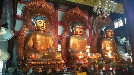 Temple of the Six Banyan Trees & Flower Pagoda (Liurong Temple) : Зал Дaсюн Баодиан