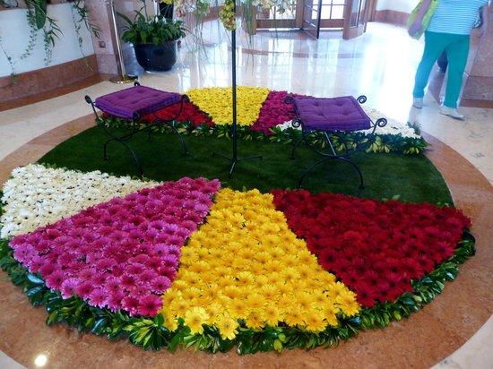 The Cliff Bay (Porto Bay): arrangement floral dans le hall pour la fête des fleurs