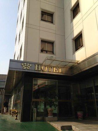 Crown Hotel: ホテル入口。その横にセブンイレブン有