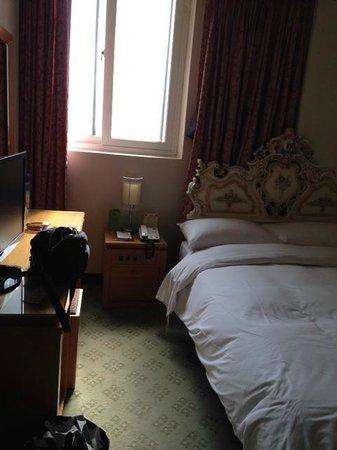 Crown Hotel: 窓が一つありました。ドライヤーはドレッサーの壁にありました