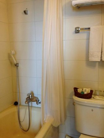 Crown Hotel: 洗面所は狭いがバスタブは普通