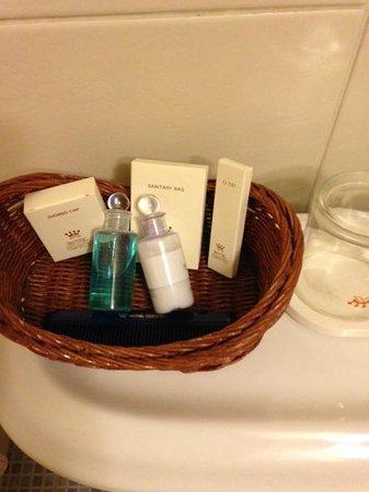 Crown Hotel: なぜか歯ブラシは無い。トイレタンク上にコンセント有