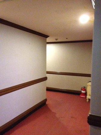 Crown Hotel: エレベーターでて部屋までの廊下