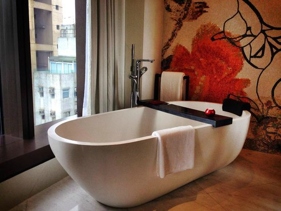 Mira Moon Hotel: Big Bathtub enough for a couple which can place the champagne glasses and ipad !