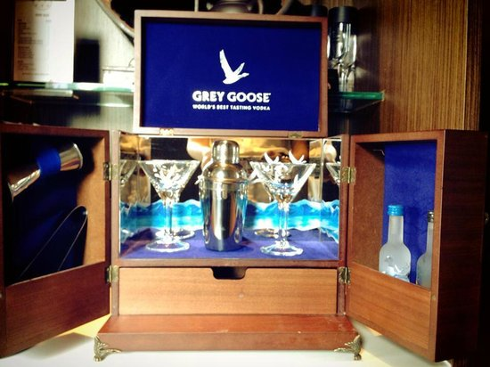 Mira Moon Hotel: Grey Goose Cocktail set in the room mini bar
