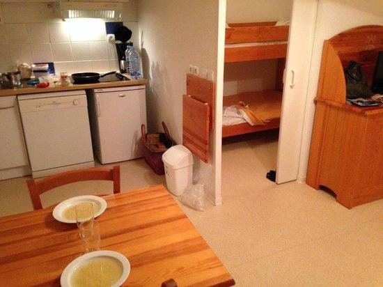 Résidence Mille Soleils : Comedor,cocina y habitación de los niños