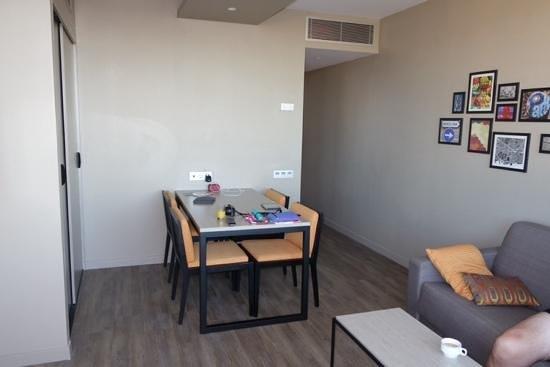 Citadines Ramblas Barcelona : Dining Table / Living area