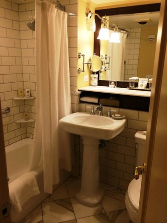 Woodstock Inn and Resort: Standard room bathroom