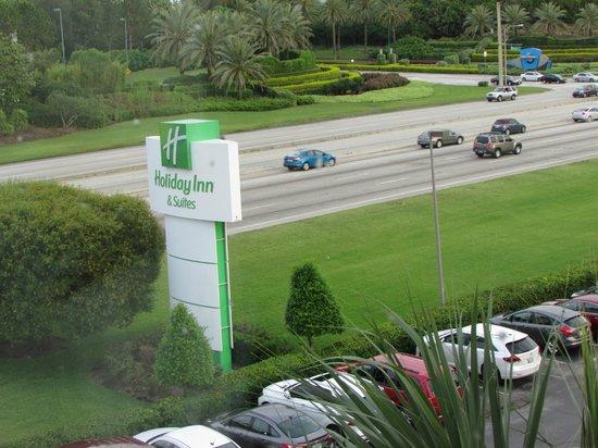 Holiday Inn & Suites Across from Universal Orlando: VISTA DE LA HABITACION