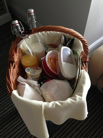 Highcliffe Contemporary Bed and Breakfast: Idle-bird breakfast in a basket