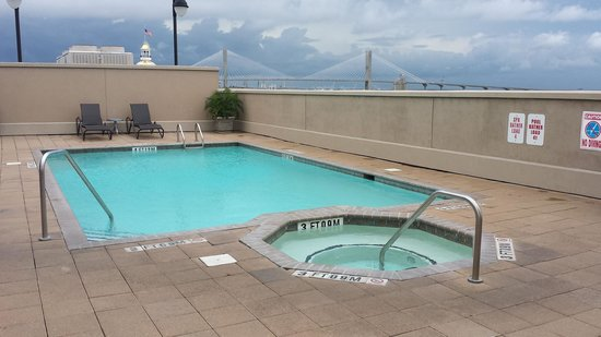 Holiday Inn Express Savannah-Historic District: Pool & Hot tub area