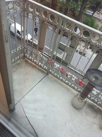 Hotel de Berne - Nice: Balcon fissuré, on ose pas trop mettre les pieds dessus !