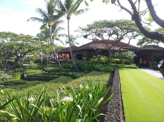 Four Seasons Resort Hualalai: Open-air lobby with incredible concierge and valet staff