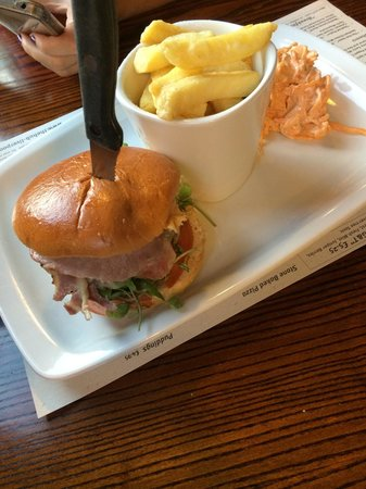 The Hub Alehouse and Kitchen : Steak burger