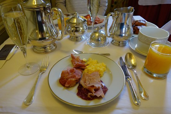 Chateau D'Etoges: Breakfast