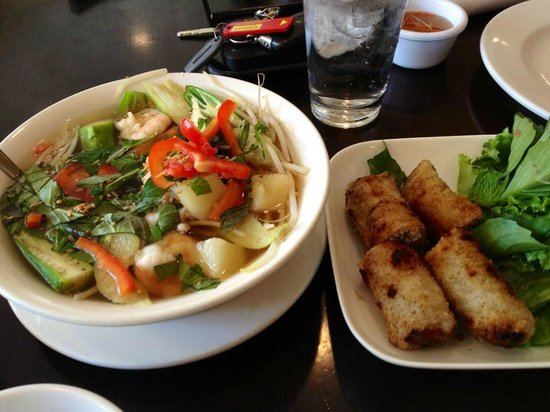 Four Sisters Restaurant : Sweet and sour seafood soup, spring rolls