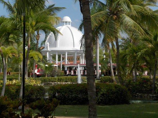 Meliá Caribe Tropical All Inclusive Beach & Golf Resort: Blick von unserem Zimmer zur Hochzeits-Kuppel