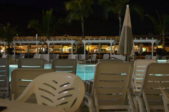 Hotel Puerto de Mogan THe Senses Collection: Basen nocą. Na drugim planie barek nad basenem.