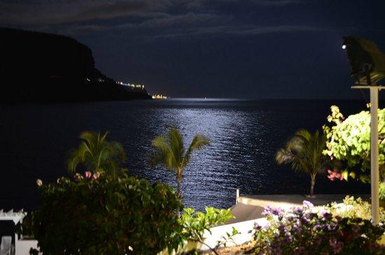 Hotel The Puerto de Mogan: Nocne zdjęcie - może nie najwyższych lotów - otoczenia hotelu w kierunku oceanu. Bajkowe, prawda
