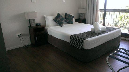 Cairns Plaza Hotel: The bedroom, which also has huge sliding door to ocean view balcony