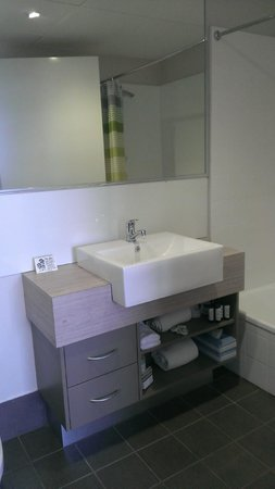 Cairns Plaza Hotel: So so materials for both bedroom and bathroom