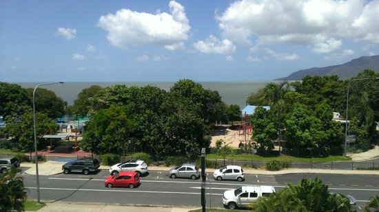Cairns Plaza Hotel: Amazing ocean view.  We can enjoy this magnificient ocean view from both living room and bedroom