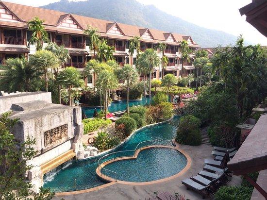 Kata Palm Resort & Spa: Giardino e piscina