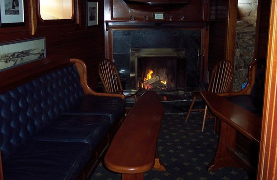 York Harbor Inn: The cozy fireplace in the downstairs pub