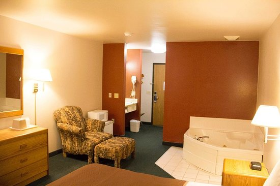 Travelodge Wisconsin Dells: King Room with Jacuzzi